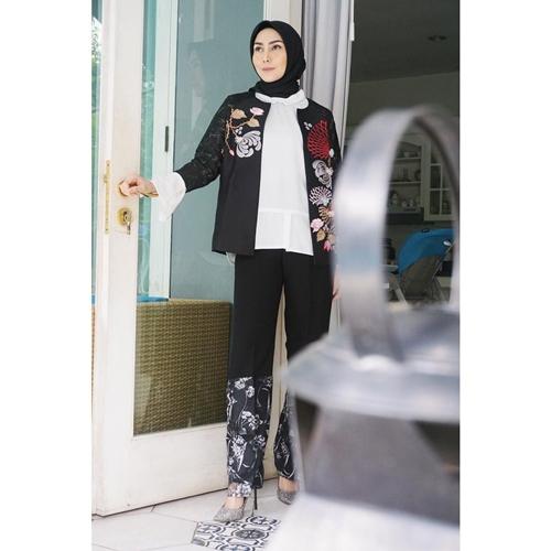 gaya fashion hijab fenita arie  © 2018 brilio.net