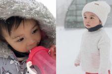5 Aksi gemas Nastusha Olivia di bawah guyuran salju, kuat tahan dingin