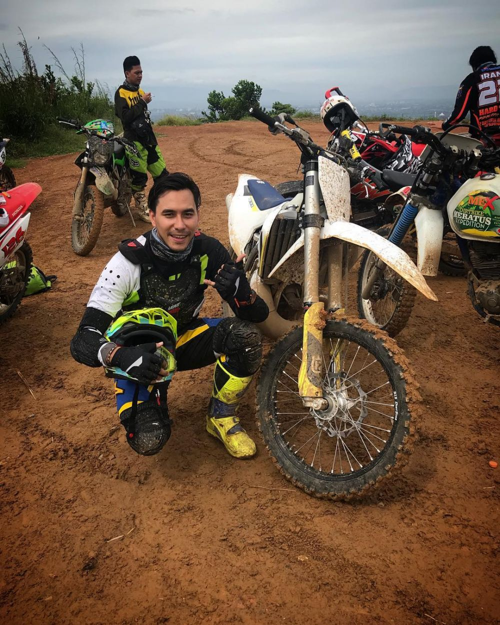 aksi darius sinathrya tunggangi motor trail © 2018 instagram
