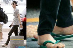 10 Seleb ini nggak malu pakai sandal jepit di tempat umum, cuek abis