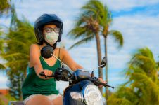 Suka naik motor siang hari? 4 bahaya ini selalu mengintai kulitmu