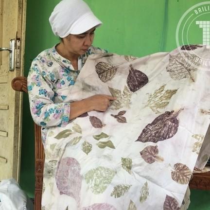 Menghasilkan kain istimewa dari tempelan daun asli di sana-sini
