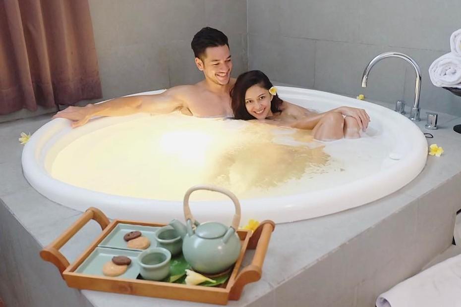 Momen 5 seleb Tanah Air asyik mandi bareng, dari lucu hingga romantis