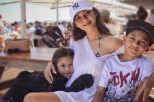 10 Momen kebersamaan Nana Mirdad dan anaknya, bak kakak-adik