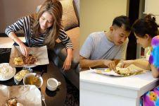 Lahap & nikmat, begini gaya 5 seleb Tanah Air saat makan nasi bungkus