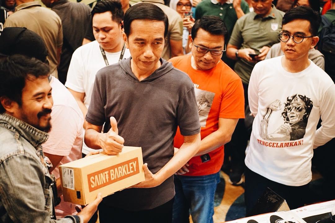 7 Gaya kasual Jokowi di pameran sepatu anak muda, pemimpin zaman now