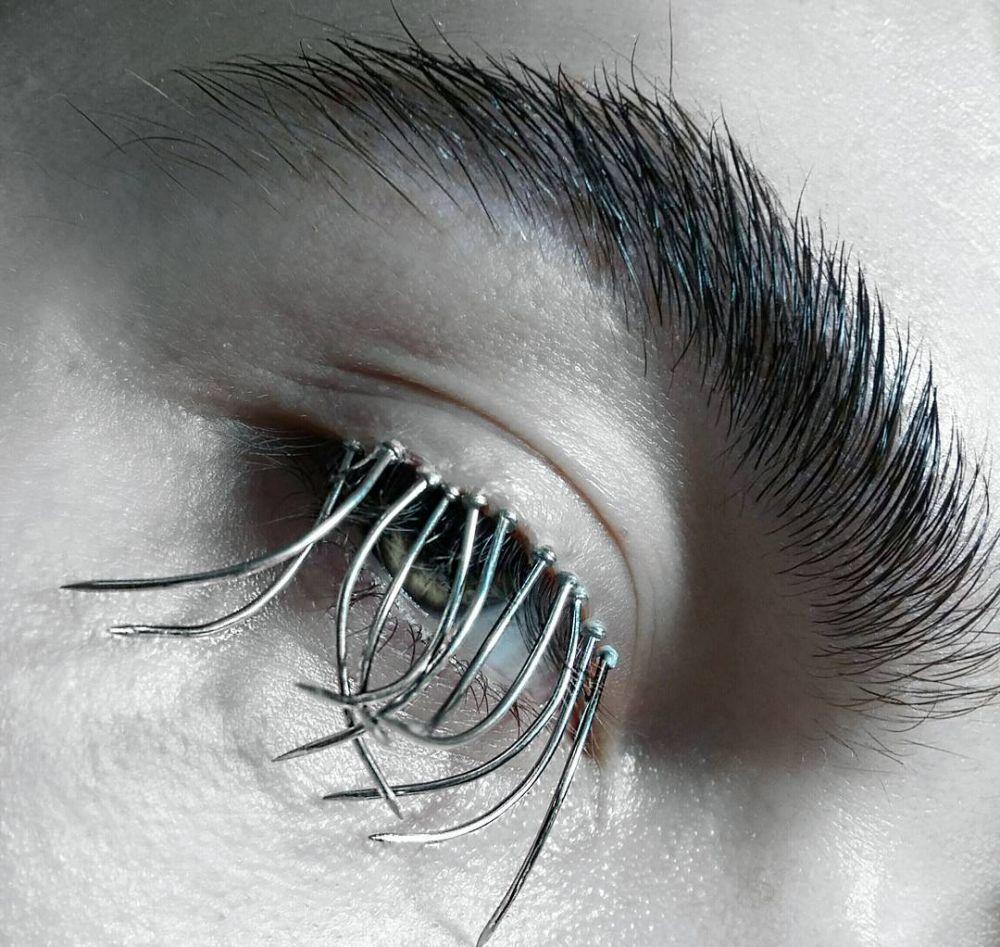 10 foto makeup pakai jarum dan paku © Instagram/@milan_bauranov
