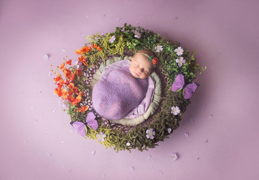 bayi dikelilingi bunga gaba  © 2018 brilio.net