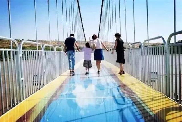 jembatan kaca 3d © shanghailist.com