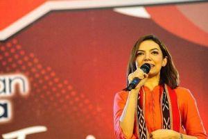 Gaya Najwa Shihab nonton konser Slank ini bikin pangling, beda banget