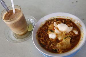 Mi kuah rendang dan teh talua, sajian nikmat khas Minang