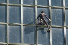 Alain Robert 'Spider-Man Prancis' taklukkan gedung setinggi 187 meter