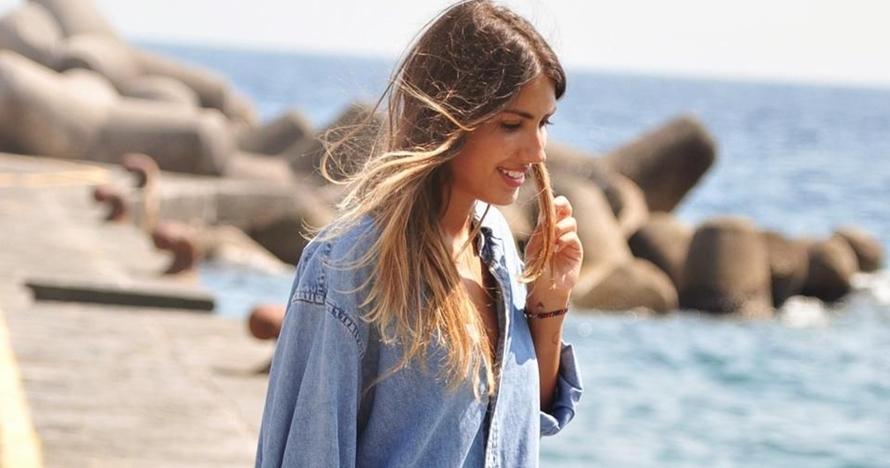 Ke pantai pakai denim, 7 inspirasi gaya ini bikin kamu tetap fotojenik
