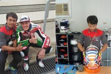 10 Gaya santai ala Mugiyono, teknisi helm pembalap MotoGP asal Kebumen