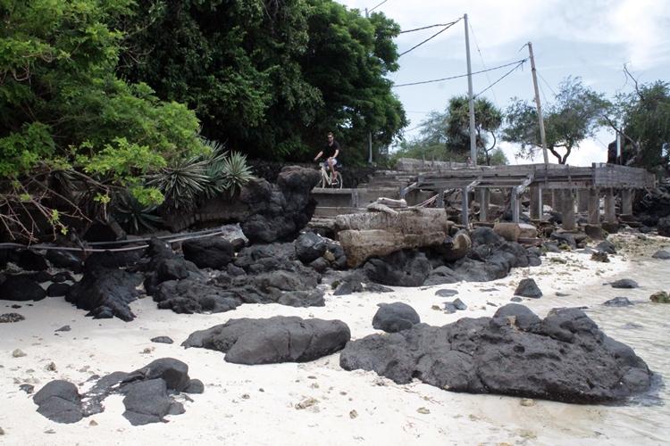 Batu-batu hitam di pantai ini ternyata jejak lava gunung api purba lho