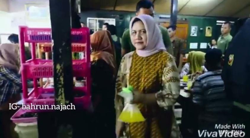 Iriana Jokowi terciduk tenteng minuman di plastik di warung makan