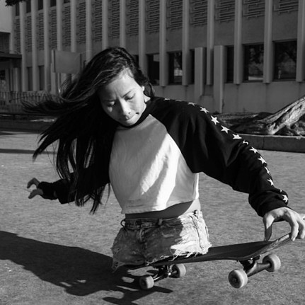8 Aksi memukau difabel cantik saat skateboard & surfing, bikin takjub