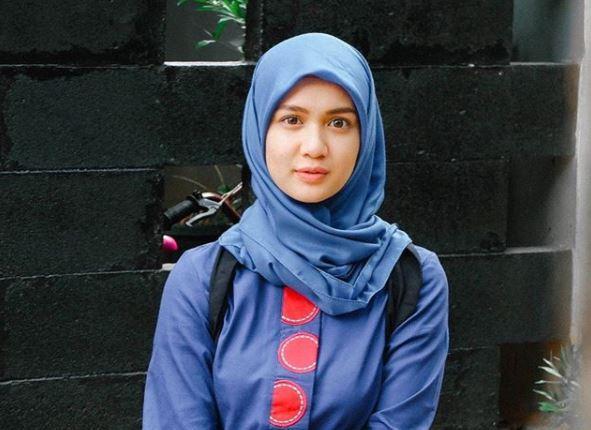 10 Penampilan Dea Imut berbalut hijab, pesonanya bikin hati teduh