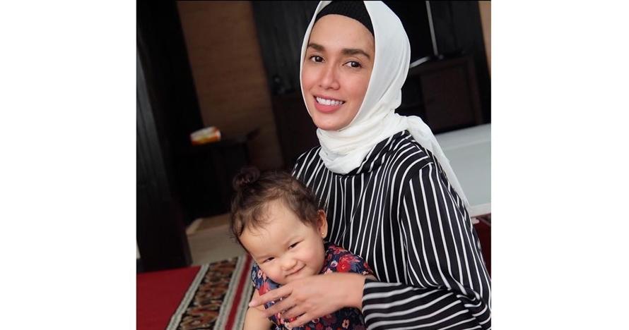 Pamer foto kenakan hijab, Ussy Sulistiawaty banjir pujian selangit