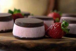 Begini cara bikin es krim bonbon stroberi yang manis dan lembut abis