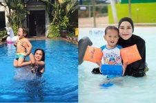 Beda gaya 10 seleb cantik saat temani anak berenang, seru abis