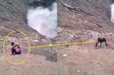 Seorang pria nekat ambil HP yang jatuh ke kawah Bromo bikin merinding