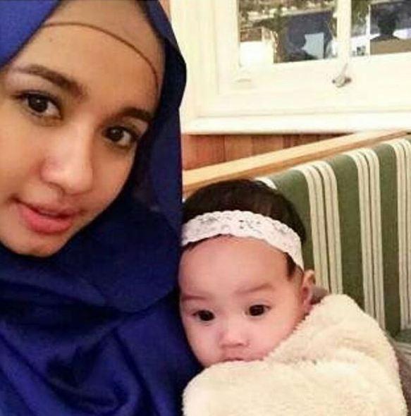 SELEB - 7 Rona bahagia Laudya Bella saat gendong bayi, ingin punya momongan nih? © Instagram/@laudyachyntiabela