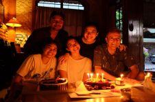 6 Momen sweet ulang tahun adik ipar Chicco Jerikho, kumpul sekeluarga