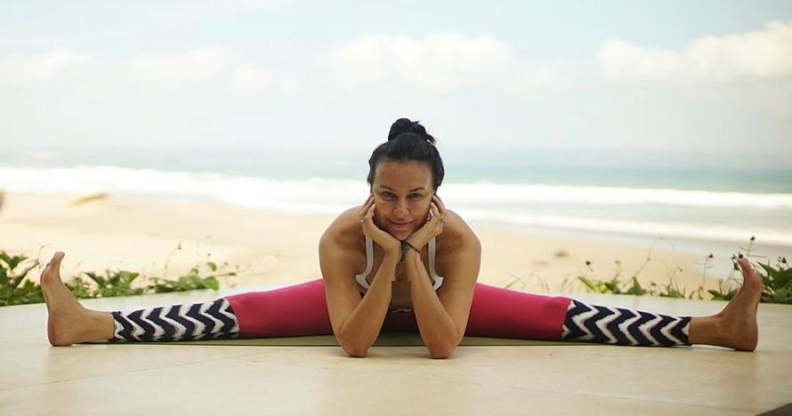 10 Gaya Sophia Latjuba saat yoga, tubuhnya lentur banget