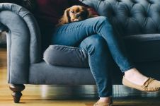 4 Penyebab orang suka tak sadar menggerak-gerakkan kakinya saat duduk