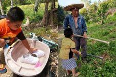 Kisah bocah 5 tahun bantu kerjaan kakeknya, dari nyuci sampai berkebun