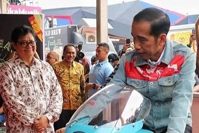 Momen Jokowi naik motor custom cafe racer milik Gibran