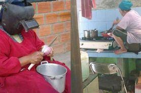 7 Kelakuan emak-emak saat masak, kocaknya nggak di jalanan doang