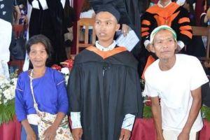 Orangtua ini hadiri wisuda anaknya dengan pakaian adat suku pedalaman