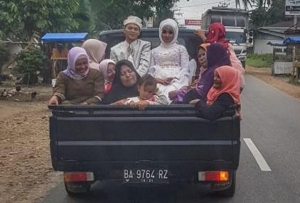 Potret pengantin di mobil pick up ini bukti bahagia itu sederhana