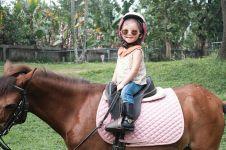 8 Gaya Thalia anak Ruben Onsu menunggangi kuda, bak orang dewasa
