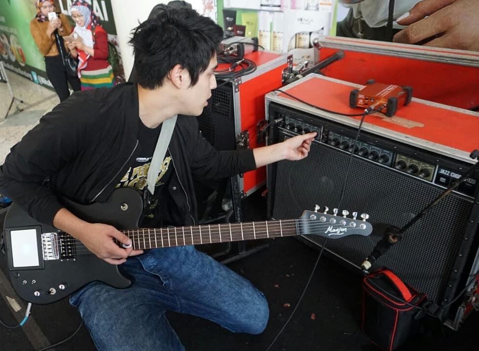 Maxime Bouttier main gitar © 2018 brilio.net berbagai sumber