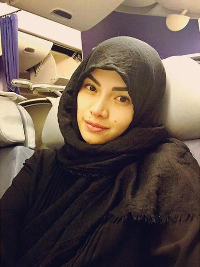 Nikita Mirzani dengan balutan hijab © 2018 brilio.net