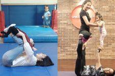 Gaya 6 seleb saat ajak balitanya latihan yoga, kompak banget