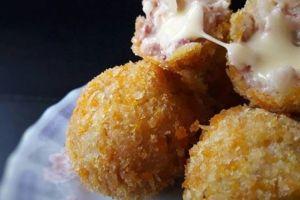 Resep mudah macaroni cheese ball yang renyah di luar & lembut di dalam