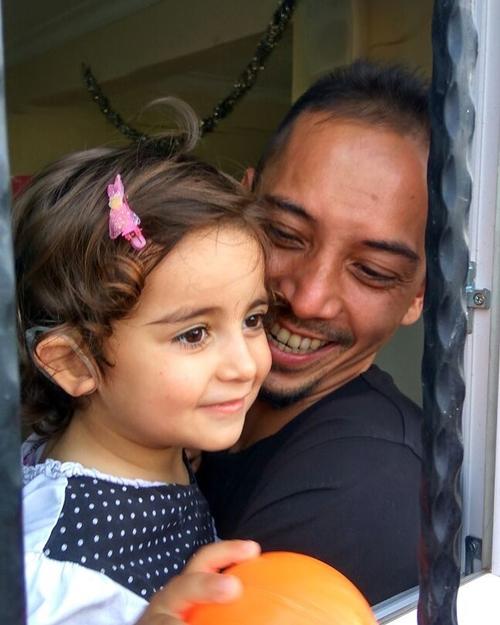 fauzi baadila bareng anak pengungsi suriah  © 2018 brilio.net