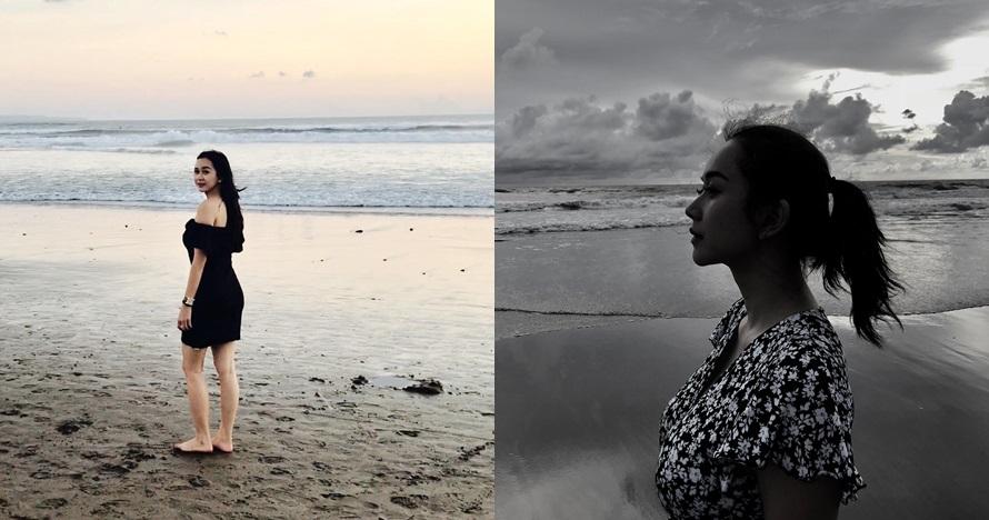 10 Gaya seksi Aura Kasih di pinggir pantai, segar banget