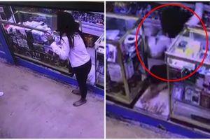 Detik-detik rekaman CCTV wanita telan racun ini ngeri banget