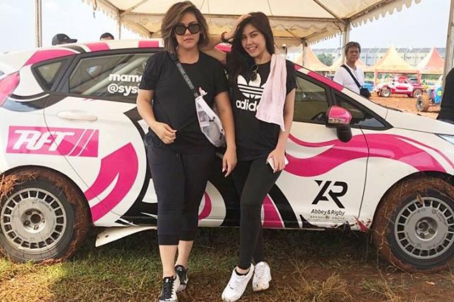 Tampil di balap reli, ini gaya Sissy Priscillia & Vanesha Prescilla