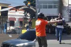 Detik-detik polisi selamatkan bocah di TKP bom Polrestabes Surabaya