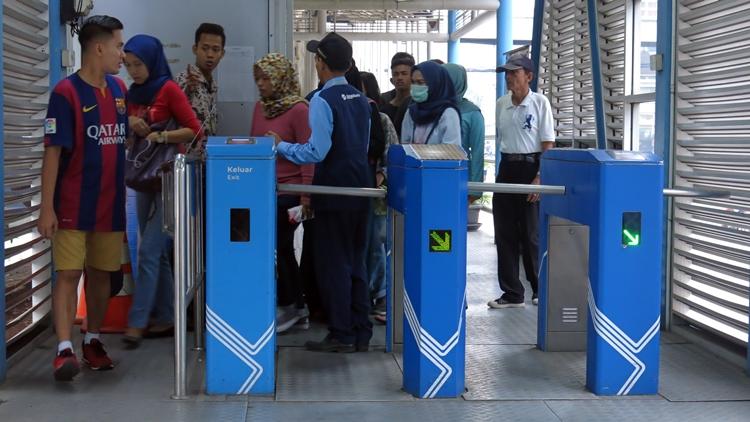 Ngabuburit bareng Fatin dan The Overtunes di halte TransJakarta