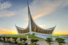10 Masjid di Indonesia ini tetap artistik meski tanpa kubah