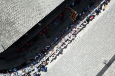 10 Potret meriahnya ribuan orang makan di meja sepanjang 2.000 meter