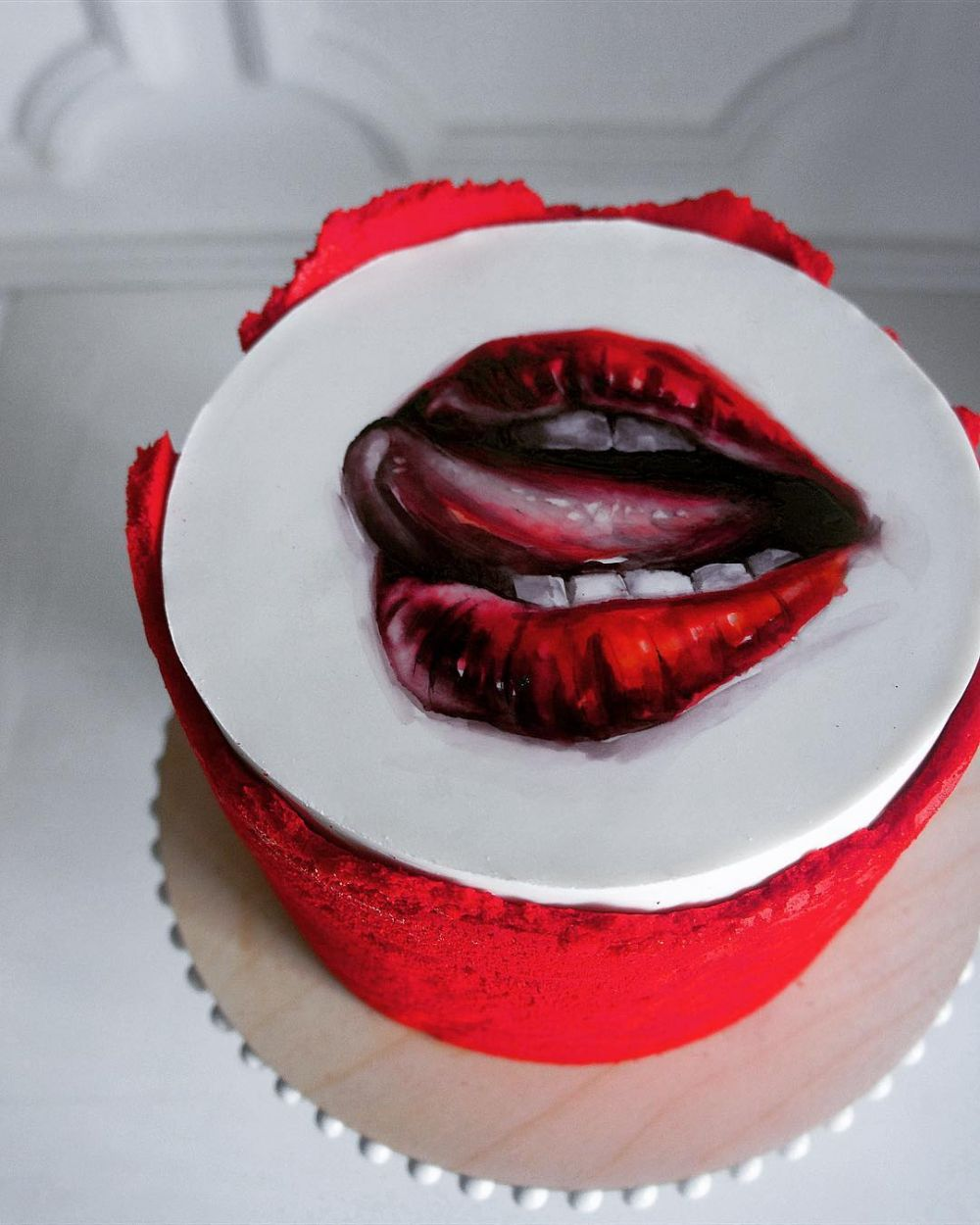 melukis di atas kue ©Instagram/@elena_gnut_cake