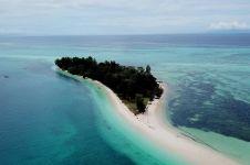 Fenomena laut terbelah 3 pantai di Indonesia ini keren abis